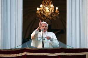 Pope Benedict XVI blesses the faithful for the last time from the balcony of his summer residence in Castel Gandolfo February 28, 2013.  REUTERS/Tony Gentile