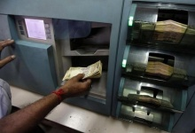 An employee checks rupee notes inside a bank in Kolkata August 24, 2010. REUTERS/Rupak De Chowdhuri/Files