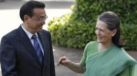 Chinese Premier Li Keqiang (L) speaks with Sonia Gandhi, chief of Congress party, before their meeting in New Delhi May 20, 2013. REUTERS/Adnan Abidi