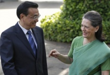 Chinese Premier Li Keqiang speaks with Sonia Gandhi, chief of India's ruling Congress party, before their meeting in New Delhi May 20, 2013. REUTERS/Adnan Abidi