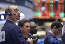 Traders work on the floor at the New York Stock Exchange, May 21, 2013.  REUTERS/Brendan McDermid