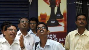 People look at a large screen displaying India's benchmark share index on the facade of the Bombay Stock Exchange (BSE) building in Mumbai May 19, 2009. REUTERS/Punit Paranjpe