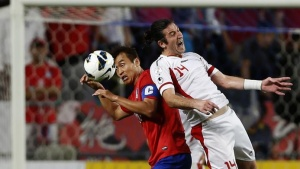 Iran's Andranik Teymourian (R) challenges South Korea's Lee Dong-gook during their World Cup qualifying soccer match in Ulsan, southeast of Seoul June 18, 2013. REUTERS/Kim Hong-Ji
