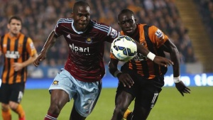 West Ham United's Guy Demel (L) is challenged by Hull City's Mohamed Diame during their English Premier League soccer match at the KC Stadium in Hull, northern England September 15, 2014. REUTERS/Andrew Yates