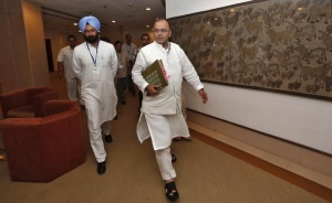 Finance and Defence Minister Arun Jaitley (C) arrives to attend a meeting with the finance ministers of states on the Goods and Services Tax (GST) issues in New Delhi July 3, 2014. REUTERS/Adnan Abidi/Files