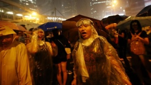 Protesters stand in the rain as they block the areas around the government headquarters building in Hong Kong, September 30, 2014. REUTERS/Carlos Barria