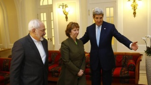 U.S. Secretary of State John Kerry (R), Iranian Foreign Minister Javad Zarif (L) and EU envoy Catherine Ashton pose for photographers before a meeting in Vienna November 20, 2014. REUTERS/Leonhard Foeger