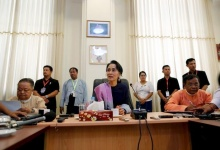 Myanmar's National League for Democracy leader Aung San Suu Kyi talks to journalists during her meeting with the media in her office at the parliament in Naypyitaw, February 3, 2016. REUTERS/Soe Zeya Tun