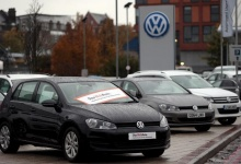 Volkswagen cars are parked outside a VW dealership in London, Britain, in this file photograph dated November 5, 2015. REUTERS/Suzanne Plunkett/files