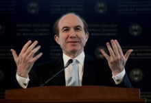 Philippe P. Dauman, President and Chief Executive Officer of Viacom, Inc., speaks at the Boston College's Chief Executives' Club of Boston luncheon in Boston, Massachusetts, March 25, 2010.  REUTERS/Gretchen Ertl