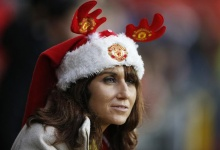 Football Soccer - Manchester United v Norwich City - Barclays Premier League - Old Trafford - 19/12/15 Manchester United fan wearing a Christmas hat before the game Action Images via Reuters / Carl Recine Livepic