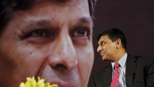 Reserve Bank of India (RBI) Governor Raghuram Rajan smiles before delivering a lecture at the India Habitat Centre in New Delhi, November 6, 2015. REUTERS/Anindito Mukherjee/Files