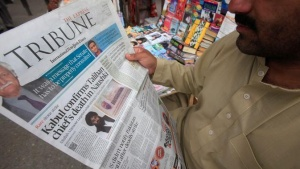 A man reads a newspaper containing news about Afghan Taliban leader Mullah Akhtar Mansour at a stall in Peshawar, Pakistan, May 23, 2016.  REUTERS/Fayaz Aziz