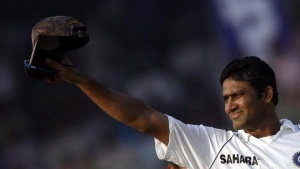 Anil Kumble waves to the crowd after the end of the fifth and final day's play of their third test cricket match against Australia in New Delhi in this November 2, 2008. REUTERS/Adnan Abidi/Files