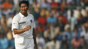 India's captain Anil Kumble prepares to bowl on the fifth and final day of their third test cricket match against Australia in New Delhi November 2, 2008.  REUTERS/Adnan Abidi/Files