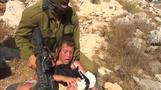 少年を羽交い絞め、イスラエル兵の映像公開(字幕・29日)