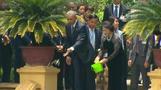 Obama feeds fish in Vietnam