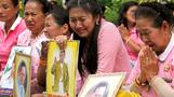 Thais flock to hospital to pray for their king