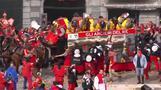 イタリアで伝統のオレンジ投げ祭り、およそ6000人が参加(26日)
