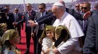 Thousands cheer pope, arriving to conduct mass in Cairo