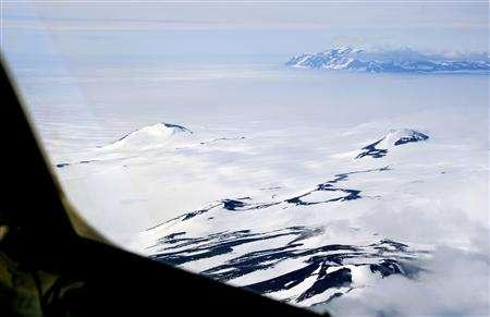 The Trans Antarctic Mountains are clearly visible from the flight deck of a ski-equipped cargo plane flying from McMurdo Station to Amundsen-Scott South Pole Station in Antarctica, December 11, 2006. REUTERS/Deborah Zabarenko