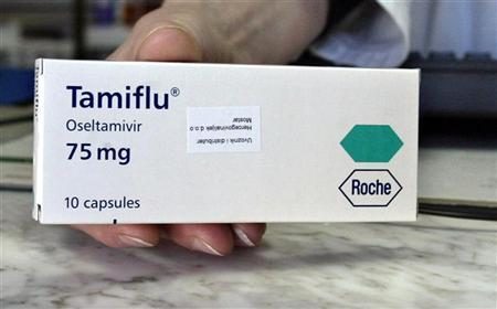 A pharmacist displays Swiss drug maker Roche's Tamiflu bird flu anti-viral tablets in this February 18, 2006 file photo. Concerns that Tamiflu -- seen as effective against a possible pandemic triggered by bird flu -- may induce fatal side effects are growing in Japan after two people who took it fell to their deaths last month. REUTERS/ Danilo Krstanovic