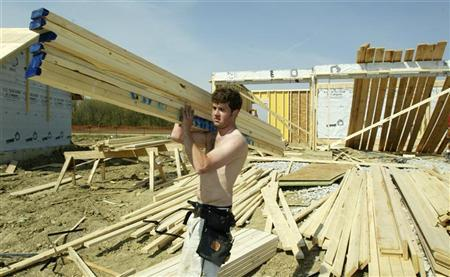A framer loads up on lumber at a job site in Woodridge, Illinois, April 16, 2004. The crisis in the subprime mortgage sector is threatening to exert more pressure on slumping Chicago Mercantile Exchange lumber futures, which analysts said will drift lower as long as the U.S. housing market stays slow. REUTERS/John Gress