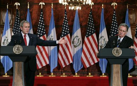 U.S. President George W. Bush (L) and Guatemala's President Oscar Berger speak during a joint news conference at the Casa Presidencial in Guatemala City March 12, 2007. REUTERS/Larry Downing