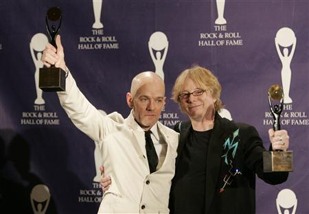 Michael Stipe (L) and Mike Mills of the band R.E.M. pose at the Waldorf Astoria Hotel in New York March 12, 2007. Freshly inducted into the Rock and Roll Hall of Fame, R.E.M. is preparing to record the follow-up to its 2004 disappointment ''Around the Sun.'' REUTERS/Brendan McDermid