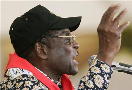 Zimbabwe President Robert Mugabe speaks at his official birthday party in Gweru in this February 24, 2007 file photo. Zimbabwe on Monday threatened to expel Western ambassadors it accuses of backing a drive to oust President Robert Mugabe and barred opposition leaders from foreign travel until they appear in court. REUTERS/Howard Burditt