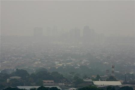 A general view shows thick smog covering Manila January 1, 2007. The world needs to fight more polluting gases, and not just focus on carbon emissions, in the fight against climate change, according to a report published by the UK's Air Quality Expert Group (AQEG) on Monday. REUTERS/Romeo Ranoco