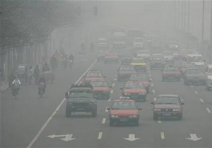 Commuters make their way in heavy smog in Beijing in this December 14, 2004 file photo. Surging use of cars and planes will push up greenhouse gas emissions in coming decades, making the transport sector a black spot in a fight against global warming, according to a draft U.N. report. REUTERS/Reinhard Krause/Files