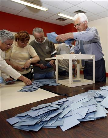 Election officials empty a ballot box to count votes in the first round of French presidential elections in Melle, south-western France April 22, 2007. REUTERS/Jacky Naegelen