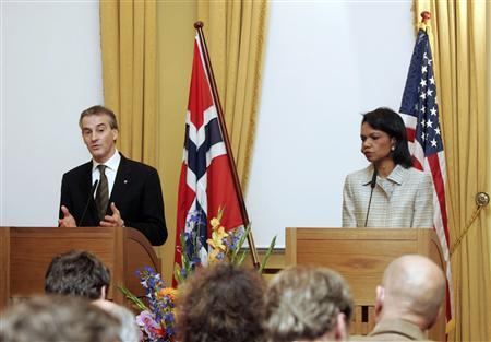 Norway's Foreign Minister Jonas Gahr Stoere and Secretary of State Condoleezza Rice speak at a news conference at the Government Guest House in Oslo, April 26, 2007. REUTERS/Heiko Junge/Scanpix