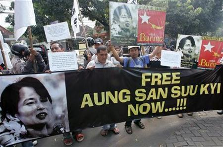 A group of Indonesian human right activists rally outside the Myanmar embassy in Jakarta May 25, 2007 to demand the government free opposition leader and Nobel peace laureate Aung San Suu Kyi. REUTERS/Dadang Tri