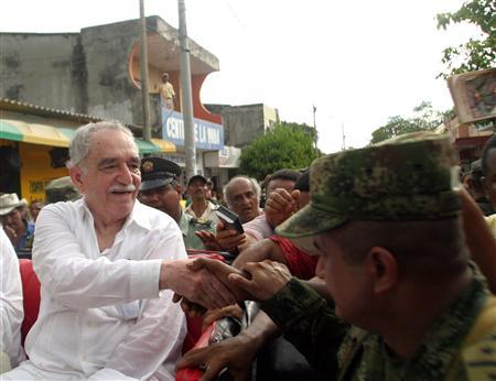 Nobel Prize writer Gabriel Garcia Marquez greets people after his arrival in Aracataca May 30, 2007. REUTERS/Fredy Builes (COLOMBIA)