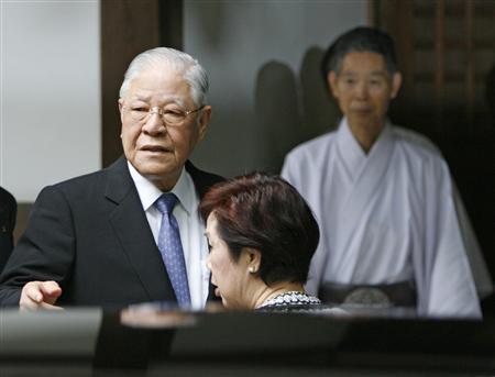Former Taiwan president Lee Teng-hui (L) arrives at Yasukuni Shrine in Tokyo, June 7, 2007. REUTERS/Michael Caronna