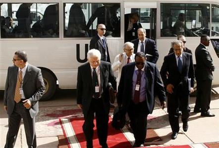 Members of the United Nations Security Council arrive at the Friendship Hall in Sudan's capital Khartoum June 17, 2007. REUTERS/Mohamed Nureldin