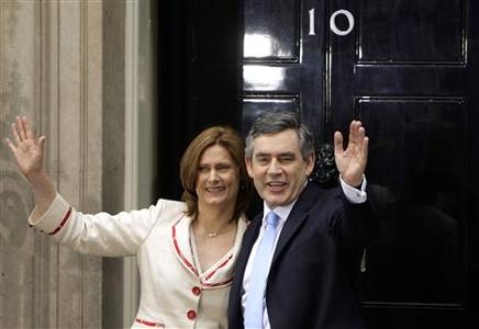 Britain's Prime Minister Gordon Brown and his wife Sarah arrive at 10 Downing Street in London June 27, 2007. REUTERS/Kieran Doherty
