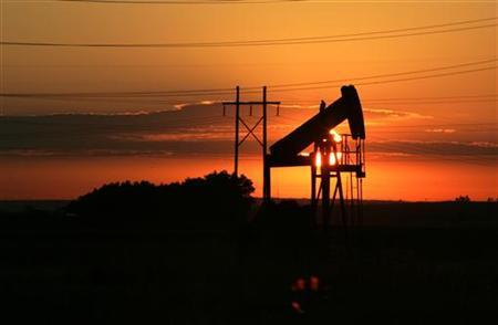 An oil well is seen at dawn near Fort Lupton, Colorado July 12, 2006. Oil held around $70 for a third session on Friday, as the market focused on falling gasoline inventories in the United States and a decline in crude stocks in a key delivery point in the world's top consumer. REUTERS/Rick Wilking