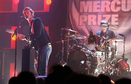 Tom Smith (L) of the Editors performs at the Mercury Music Prize Awards in London September 5, 2006. The Mercury Music Prize honours the best album of the last year by a UK or Irish act, chosen from a wide range of musical genres. It is voted by a panel of music industry experts, journalists and music artists. REUTERS/Stephen Hird