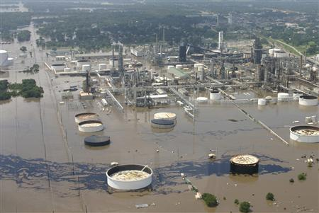 Aerial view shows oil spill from Coffeyville Resources refinery in the Verdigris River in Coffeyville, Kansas July 2, 2007. Coffeyville Resources' oil refinery in Kansas was submerged under four to six feet of water due to flooding, a Montgomery County Emergency Management coordinator said Tuesday. REUTERS/Cindy Price/The Coffeyville Journal/Handout