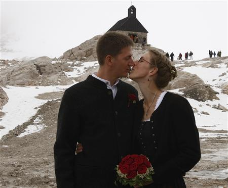 Johannes Hainzl and Nina Attinger kiss before their wedding on top of the Zugspitz mountain near Garmisch-Partenkirchen, July 7, 2007. Seven couples on Saturday tied their knot on Germany's highest mountain on a special date 07/07/07 which appears once in a hundred years. REUTERS/Michael Dalder