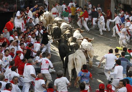 Fuente Ymbro fighting bulls and runners cross the Plaza Consistorial during the third day of the running of the bulls at the San Fermin festival in Pamplona July 9, 2007. REUTERS/Felix Ordonez