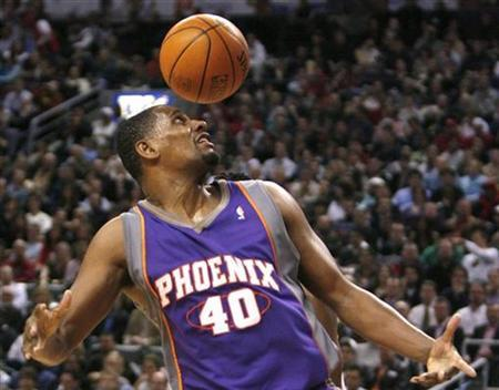 Phoenix Suns forward Kurt Thomas keeps his eye on a loose ball during the first half of their NBA basketball game against the Toronto Raptors in Toronto, in this file photo from January 3, 2007. The Seattle SuperSonics Thomas and two future first-round draft picks from the Suns on Friday in return for a future, conditional second-round pick, according to nba.com. REUTERS/Mike Cassese