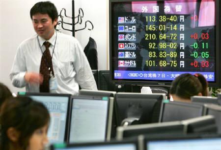 7月27日、東京外為市場でドル/円が安値から急反発、個人や輸入企業が一斉に円売りに動いた。写真は昨年6月に都内で撮影(2007年 ロイター/Kiyoshi Ota)