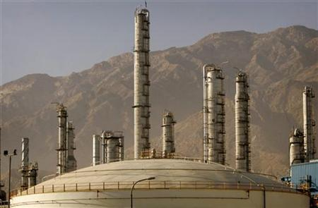A view of a petrochemical complex in Assaluyeh seaport on Iran's Persian Gulf coast May 28, 2006. Calling for change in Iranian nuclear policy, the U.S. House of Representatives passed a bill on Tuesday to give legal protections to investment managers who pull money out of the Iranian energy sector. REUTERS/Morteza Nikoubazl