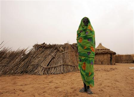 A woman at a camp for Internally Displaced Persons at Fasher, North Darfur, June 13 2006. The U.N. Security Council authorized on Tuesday up to 26,000 troops and police for Darfur and approved the use of force to protect civilians in Sudan's arid western region. REUTERS/Zohra Bensemra
