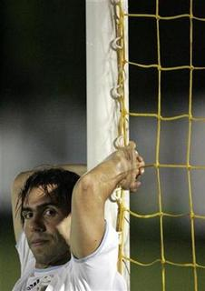 Argentina's striker Carlos Tevez leans against the goalpost during a training session in Maracaibo July 13, 2007. REUTERS/Andrew Winning