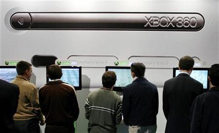 Visitors play with Microsoft Corp.'s Xbox 360 game consoles during the opening day of Madrid's International Data Processing, Multimedia and Communications SIMO Fair November 7, 2006. Microsoft Corp said on Monday it will cut the price of its main Xbox 360 video game console model by about 13 percent in the United States, hoping to boost sales ahead of the crucial holiday season. REUTERS/Victor Fraile